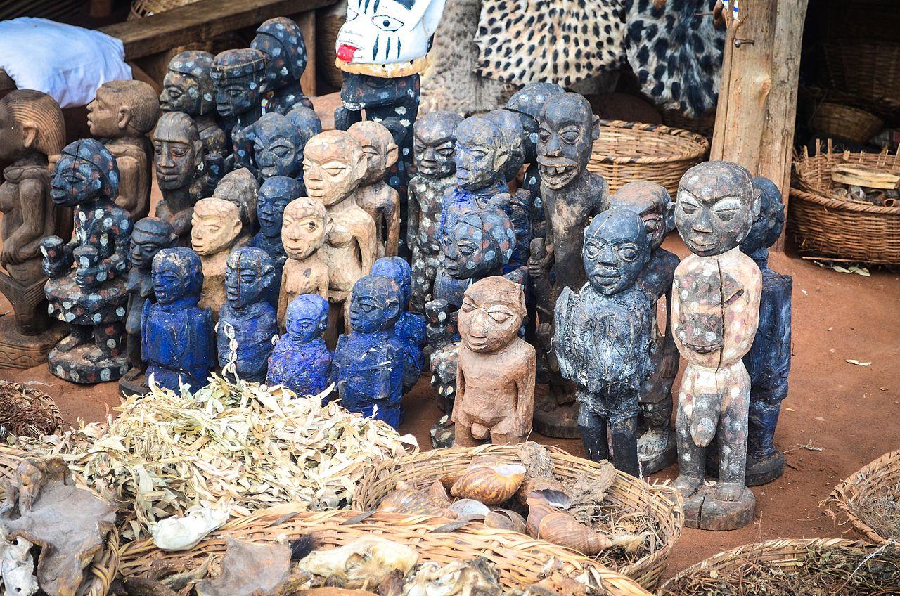 Afrykańskie rzeźby sprzedawane na targu